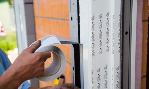 Montaż okien idrzwi. Jak zabezpieczyć taśmę zewnętrzną przedpromieniowaniem UV?