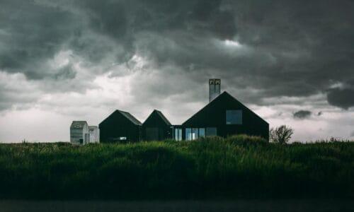 Suchy dach nad głową – jak ocieplać skosy poddasza, aby nie żałować?
